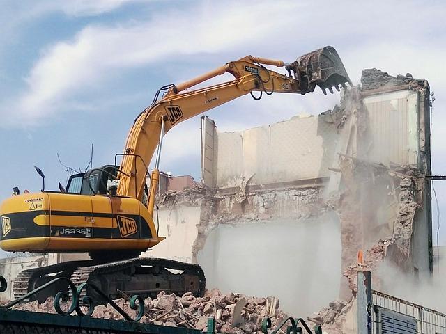 Ruspa che abbatte un edificio costruito con un abuso edilizio.