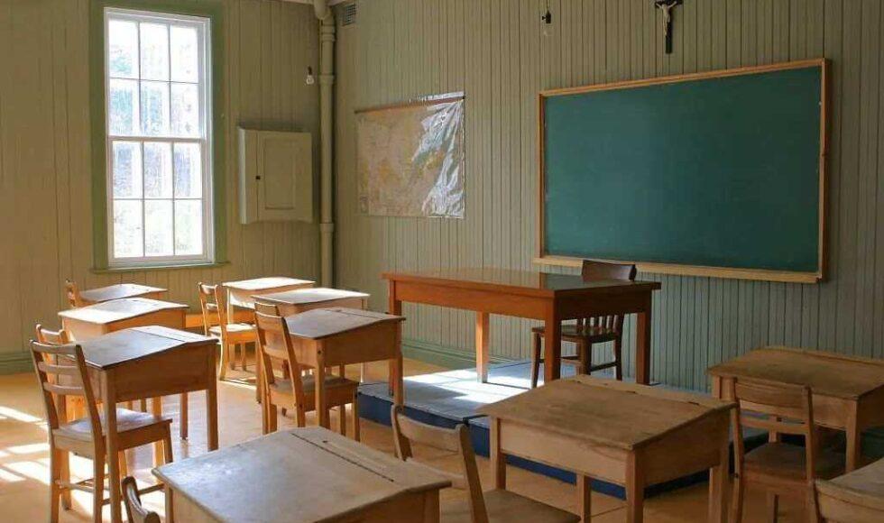 Si può togliere il crocifisso a scuola? In questa immagine viene mostrata un'aula di una scuola in cui si espone un crocifisso.