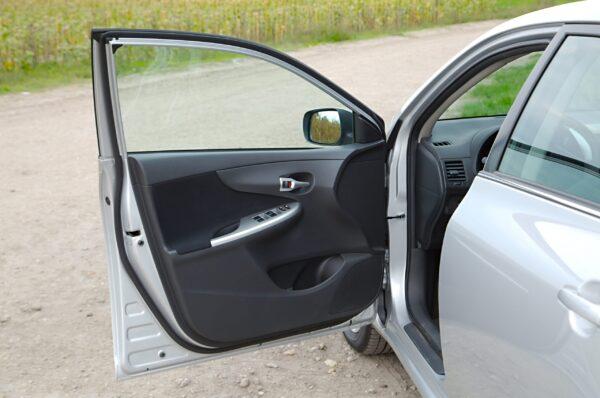 Costringere qualcuno a salire in macchina è reato?
