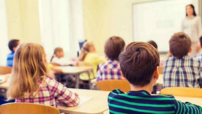 Prendere il figlio a scuola interrompendo la lezione è reato.