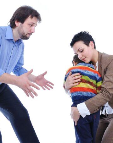 Cosa rischia l'ex moglie che non fa vedere la prole al padre
